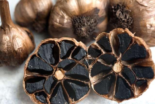 فوائد الثوم الأسود خصائصه وكيفية إعداد الثوم الأسود Black Garlic Garlic Aronia Berries