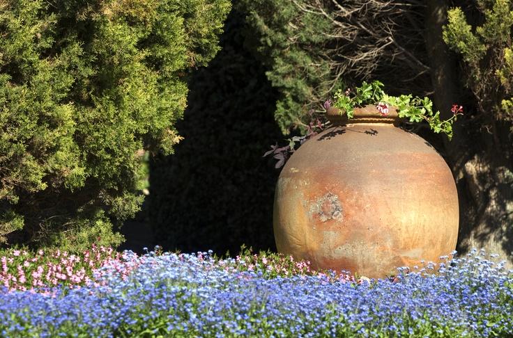 Váza jako artefakt v exteriéru