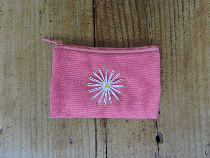 A simple daisy purse that I embroidered. Article with full practical details on the blog!