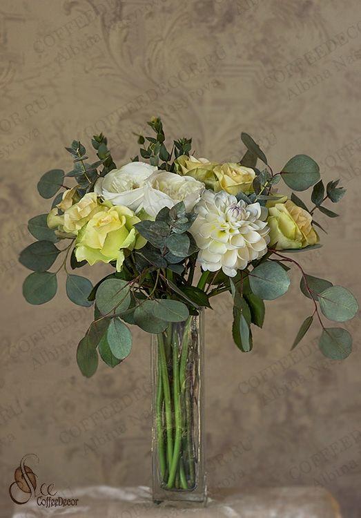 Букет с розами Дэвида Остина (пионовидные розы или остинки), георгин Эвелин и эвкалиптом Пополус (Populus), Парвифолия (Parvofolia) и Цинерея (Cinerea) из фоамирана