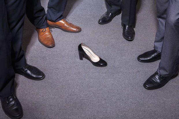 Na 'glazen plafond' nu ook 'kleverige vloer' voor werkende vrouwen // Knack