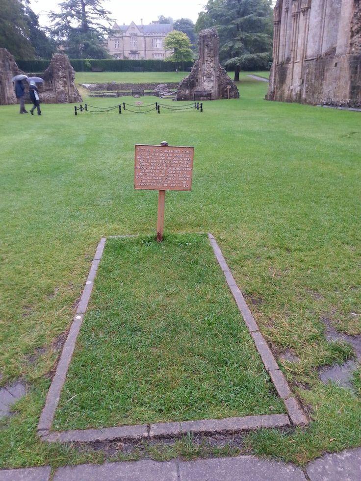 to co zbylo z opatství Glastonbury ... hrob krále Artuše