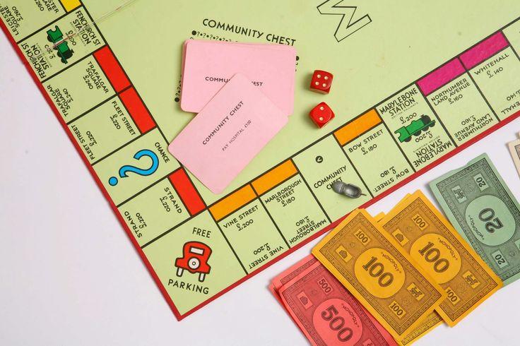 Les parties de jeux de société ne se terminent pas toutes bien. Selon une étude conduite par Hasbro, 51% des parties se concluent par un conflit. Au Royaume-Uni, la marque a eu l'idée d'y remédier en créant une hotline spécialement dédiée à la résolution des disputes liées au Monopoly. Cette hotline insolite sera mise en...