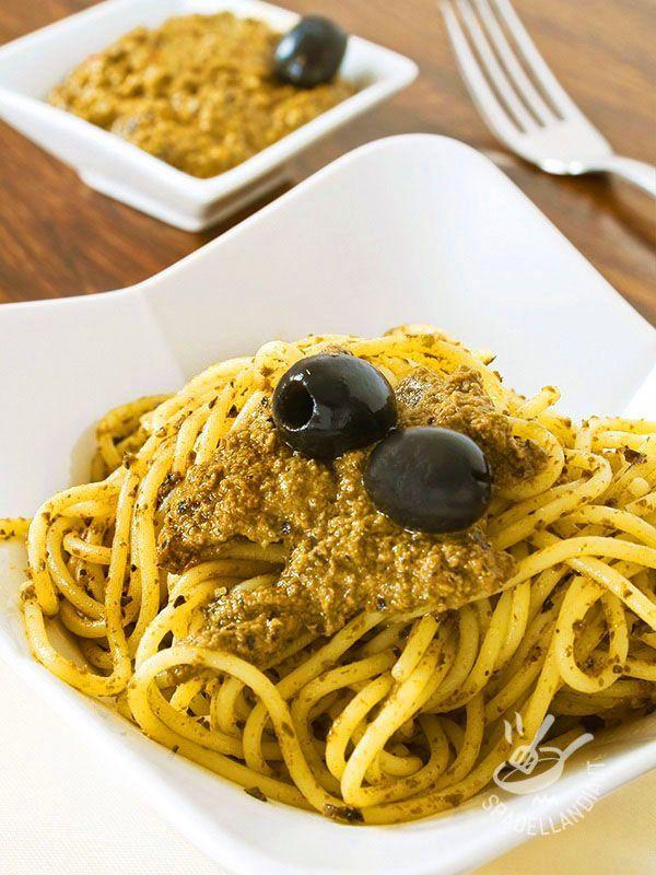 Con gli Spaghetti al pesto di olive e mandorle porterete in tavola tutto l'aroma e il profumo della migliore cucina mediterranea!