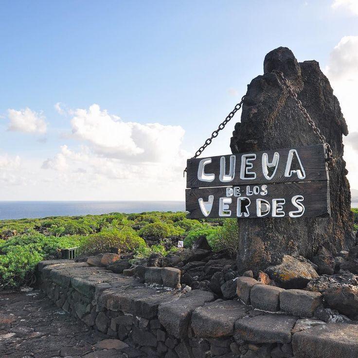 #Lanzarote è pura meraviglia naturale sia fuori che dentro la terra #ExploreLanzarote nel sottosuolo si nascondono meraviglie laviche che lasciano a bocca aperta come alla Cueva de los Verdes una grotta naturale di origine vulcanica che si estende per circa 7 Km alternando stretti passaggi a grandi saloni sormontati da spettacolari volte di magma solidificato. Una meraviglia da non perdere nella parte nord dell'isola dopo la cittadina di Arrieta. #ExploreCanarie #Spagna