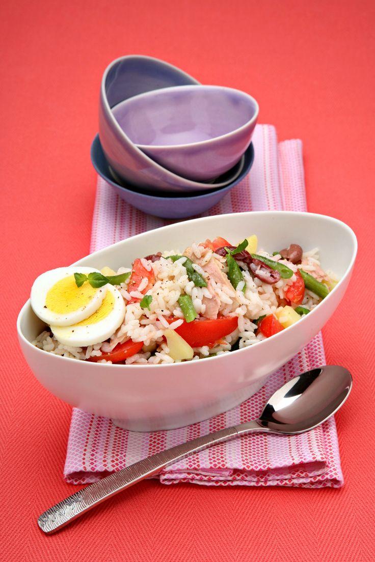 Una variante con il riso della tradizionale insalata nizzarda, perfetta sia come primo che come piatto unico light. Prova la ricetta di Sale&Pepe.