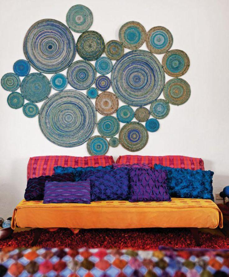 04-o-colchao-convertido-em-sofa-ganhou-roupa-laranja-esconstos-cor-de-rosa-e-almofadas-em-tons-azuis-e-roxos-o-tapete-abaixo-apresenta-tons-parecidos.jpeg (784×952)