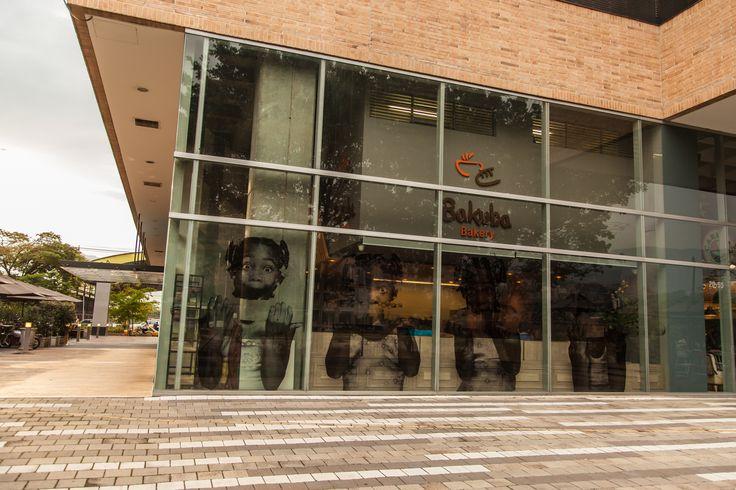 NOMBRE DEL PROYECTO: Bakuba Bakery UBICACIÓN: Ciudad Del Río – Medellín DISEÑO Y MONTAJE: Gabriel Forero MATERIALES UTILIZADOS: Supercor Capuccino. APLICACIONES: Vitrina de almacenamiento de alimentos, mostrador de atención, mesas, punto de pago, aplicaciones verticales en pared, mueble bajo y revistero.