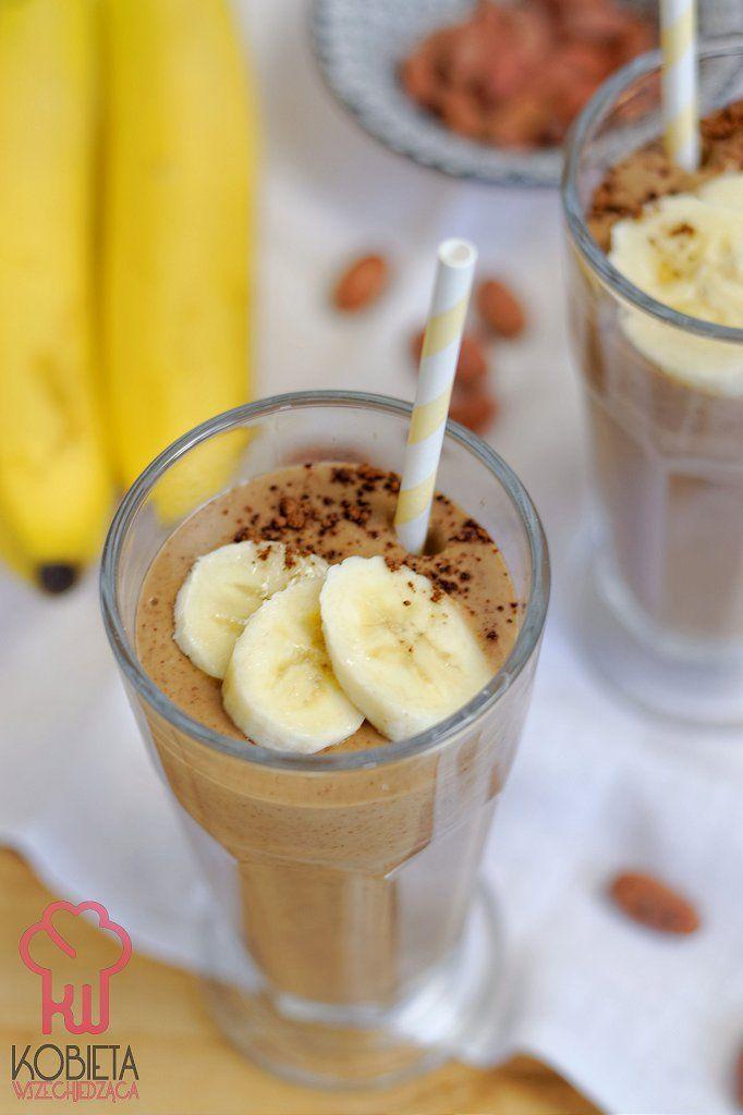 Śniadaniowy koktajl z bananami, mleczkiem kokosowym i ziarnami kakaowca
