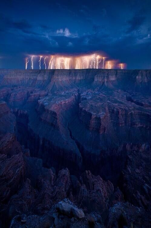 Lightning storm, Grand Canyon, USA.