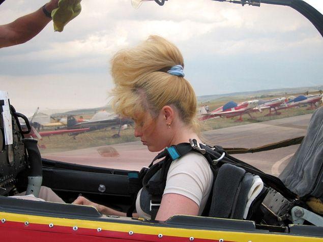 """Az+ég+királynője+a+téli+olimpia+létesítményei+fölött+repült+egyet+és+beengedte+a+kamerát+a+pilótafülkébe.+Izgalmas+látni,+miként+""""főzi+meg""""+a+különböző+figurákat.   A+Kazahsztánban+született+gyógyszerész+végzettségű+Szvetlana+19+éves+kora+óta+repül.+Érmei…"""