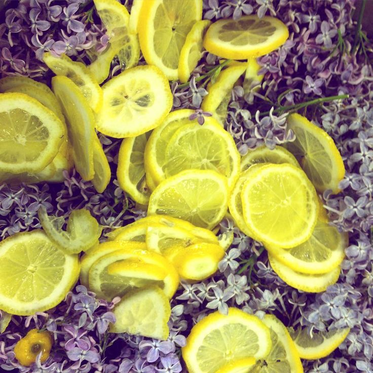 Vi experimenterar med vad försommaren bjuder på! Syrensaft in the making. Hoppas det blir gott! #nyfiket #rättvik #siljan #gammelgården #dalarna @nyfiket på Instagram
