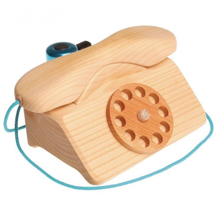 Teléfono de madera con timbre y cuerda de cordón. Es un juego simbólico ideal para que los niños jueguen a llamar por teléfono. Además, gracias a su original timbre, se puede usar en los mostradores de las tiendas para llamar a la campana. Está fabricado en madera de tilo con un acabado de aceite de vegetal.