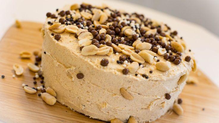 Sjokolade og peanøtter er en uslåelig duo. Her får du ikke bare en saftig sjokoladekake, men og oppskrift på en skikkelig god peanøttsmørkrem.