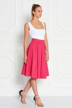 Midi jednofarebná sukňa, s rozopínaním na zips v zadnej časti. Sukňu viete skombinovať s body, tričkom, topom a vyraziť na spoločenskú udalosť.