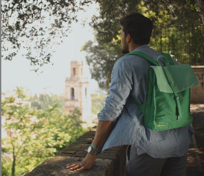 Mariano Di Vaio sceglie la Natwee Bag Green per un martedì da leoni!  Con fibbia in caucciù verde tono-su-tono per immergersi completamente nella natura, la Natwee Bag Green ti aspetta per pomeriggi di relax e divertimento, con tutto lo stile che ti contraddistingue.  Scegli la tua borsa Natwee sul sito http://natwee.com/.  @marianodivaio