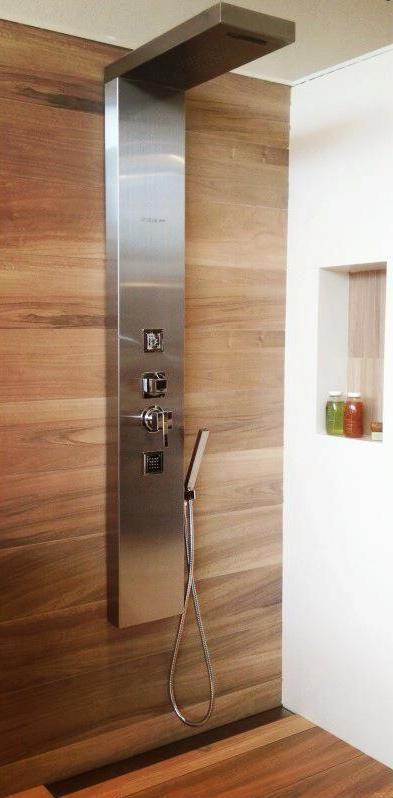O Painel de Banho Quadra da Unique SPA é feito em aço inox escovado e possui amplo chuveiro, banho de cascata, hidromassagem vertical e ducha higiênica (www.uniquespa.com.br)