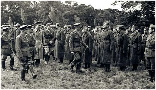 """""""Czechoslovak soldiers being inspected by a British general. Jan Kubis -1st row, to the left of the British general- and Josef Gabcik -1st row, to the general's right."""""""
