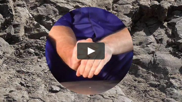 Finaliste du prix Emerging Makers de 2015 au Festival international de la céramique d'Aberystwyth,  Qu'est-ce que je m'attendais? Eh bien, la présence de la matière - matière réelle, tangible. Mais Stockwell n'est pas avare de taquiner avec absence; La vidéo de l'artiste Soft Matter (ci-dessus) montre un potier qui jette une forme imaginaire sur une roue tournante. Ellen Bell