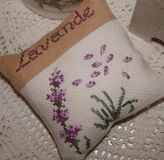 Lavender pillow http://sztukaoswojona.blogspot.com/2013/05/len-i-lawenda.html