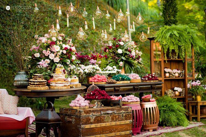 Decoração da mesa de bolo de um casamento rústico na fazenda