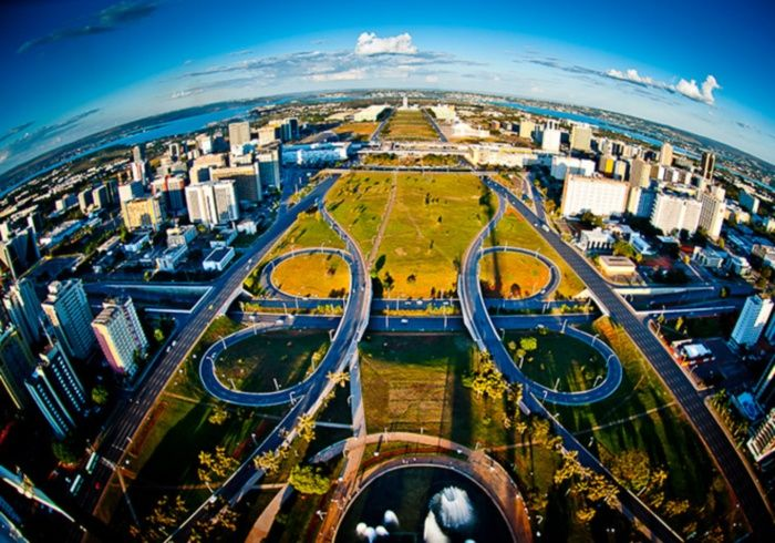Do helicóptero, e como uma lente grande angular, é possível visualizar o Eixo Monumental e a Esplanada dos Ministérios, que ficam na área central de Brasília. - Bento Faria