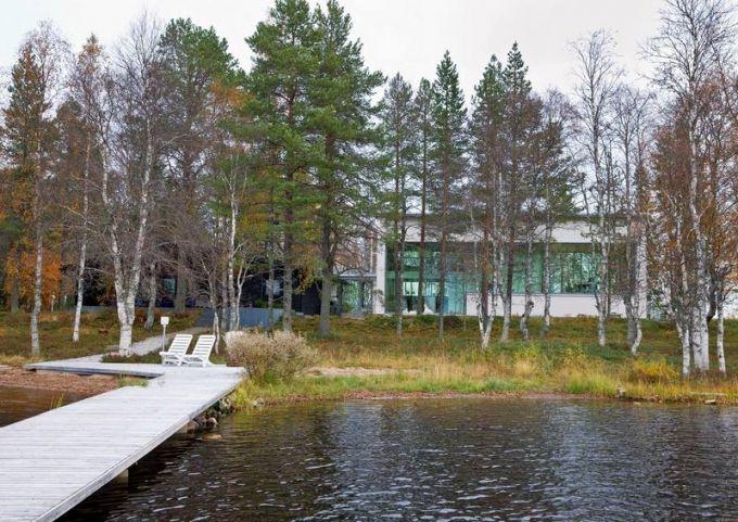 Dům o celkové výměře 450 m2 obklopuje jezero ze tří stran