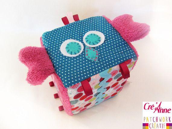 """Cube d'éveil """"COUCOU HIBOU"""", mixte, en coton, polaire, feutrine, rubans, grelot...  Cré'Anne 2014"""