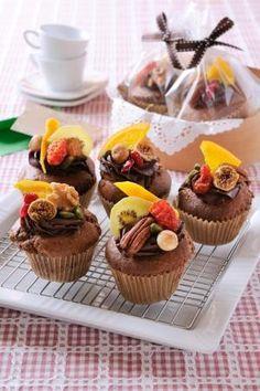 「バレンタイン! マンディアン風チョコレートマフィン」マンディアンはドライフルーツやナッツを飾ったお菓子。お好みのもので飾ってオリジナルを作ってください。【楽天レシピ】