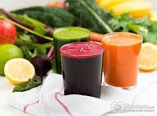 Доступное каждому и полезное лечение – это лечение соками. При приготовлении соков клеточные оболочки разрушаются, биологически активные вещества без задержек поступают в организм и быстро усваиваются.  Рассмотрим, при каких заболеваниях  помогут овощные соки.  Капустный сок (белокочанная капуста) незаменим при авитаминозе, головных болях, язве желудка, способствует улучшению роста волос, ногтей, благотворно воздействует на состояние кожи. Начинать лечение следует с 1-2 ст. ложек.