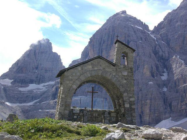 Lumea de dincolo de oglinda: Andata e ritorno al rifugio Brentei via rifugio Ca...