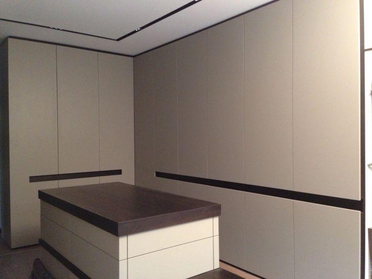 Ankleide Räuchereiche mit matt grau lackierten Fronten, entworfen und gefertigt von mcm design