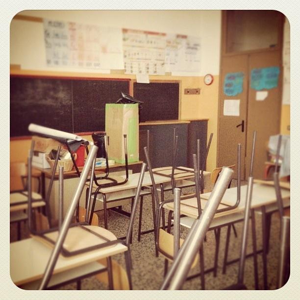 """@mauroparolo's photo: """"Mi siedo a fatica. Sono passati più di trent'anni... Stesse sedie, stessi banchi. Ricordavo spazi enormi, ora mi sembra tutto piccolo... #scuolaelementare #ricordi #infanzia"""""""