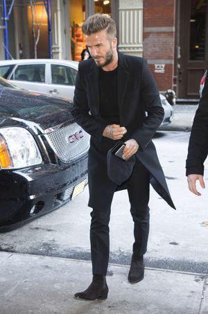 Le manteau long de David Beckham, associé à une tenue complètement noire est un basique parfait.