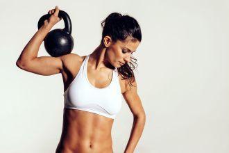 mulher se exercitando com kettlebell