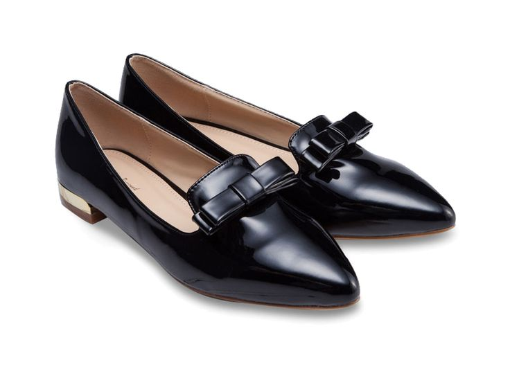 Smarten up your look with these Something Borrowed Block Heel Bow Tie Loafers. Black heel with bow details, chunky heel, with contrast color, this loafers heels made from good material, pointed toe, synthetic insole, perfect for casual or work shoes.    http://zocko.it/PDZo