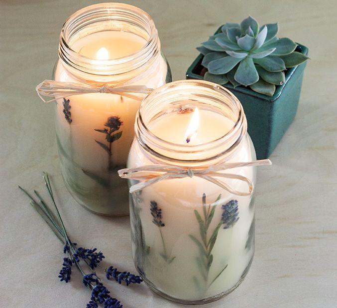 Con il fai-da-te realizza anche le candele profumate alla lavanda: il tutorial è semplice e di facile realizzazione.