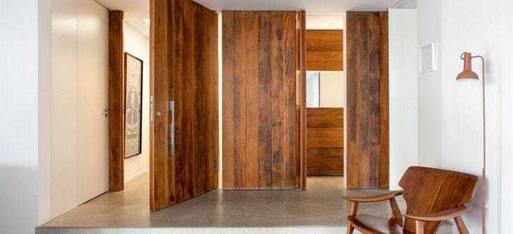 No hall, no banheiro, na cozinha e na escada – a madeira de demolição, com sua textura e cor característica aponta em nova versão