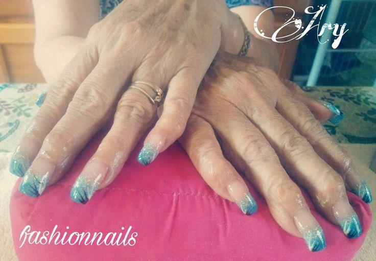 Uñas escultural difuminado de acrílico azul y diseño de líneas a mano alzada.