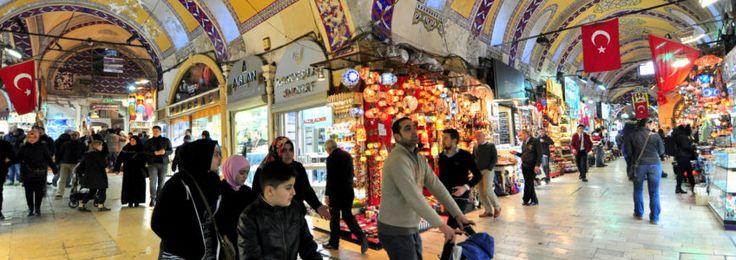 Kapalıçarşı İstanbul'un dünyaca ünlü bir tarihi eseri, aynı zamanda dünyanın en eski alışveriş merkezlerinden birisi... Kapalıçarşı için aslında bir rehber gerekmez, içinde gezerken kaybolmak çok keyiflidir. Fakat siz yine de Kapalıçarşı ile ilgili bazı ipuçları içeren bu yazıyı okumadan geçmeyin.