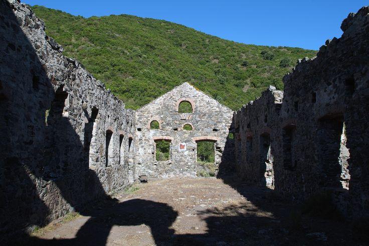 Ruderi del villaggio minerario di Guzzurra, incastonato tra la natura del Montalbo. Lula, NU
