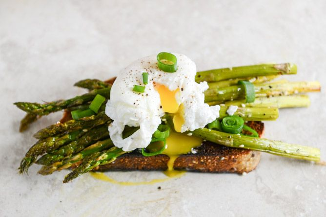 Roasted Sesame Asparagus Toasts with Poached Eggs and Lemon Garlic ...