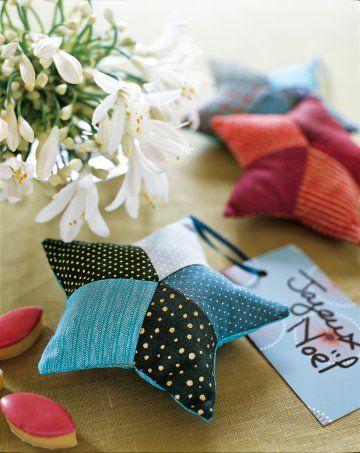 Des étoiles rembourrées en patchwork de tissus en guise de marque-place ou de décoration pour le sapin