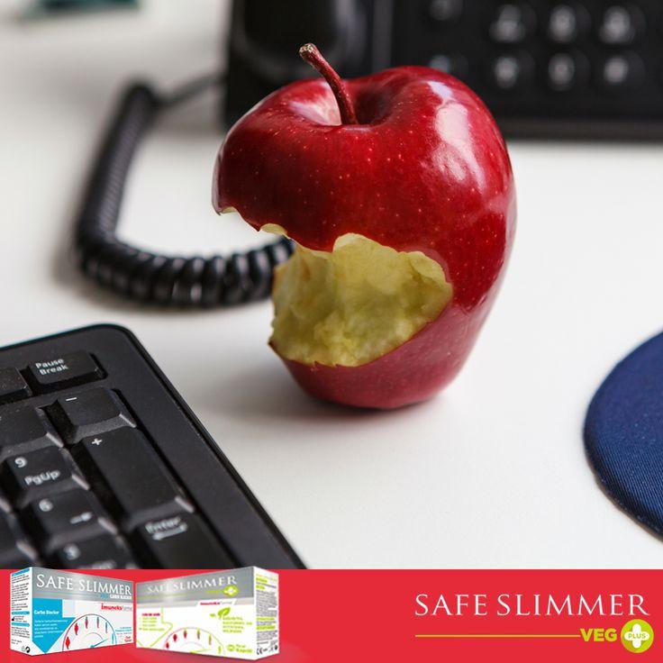 Lif ve C vitamini kaynağı olan elma düşük kalorisi ile diyet yaparken öğün aralarında oluşabilecek açlığı yatıştırmak için idealdir. 1 orta boy elma yaklaşık 95 kalori içerir ve günlük C vitamini ihtiyacının %14'ünü karşılar. Elma; A vitamini, demir ve kalsiyum bakımından da zengindir. #safeslimmervegplus #diyet #kiloverme
