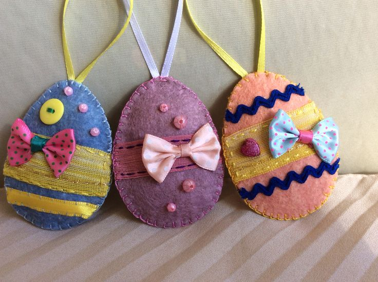 Bow-tie eggs in pastel colours