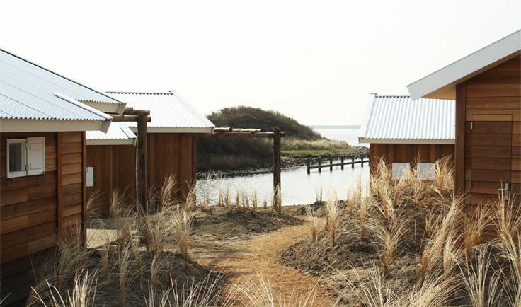 Zeeland- eenvoudige Beachlodges 1-6 pers. De ligging in het duinlandschap met uitzicht over de Grevelingen zorgt voor de ongedwongen sfeer die past bij het leven aan de kust. Leuk voor watersporters.
