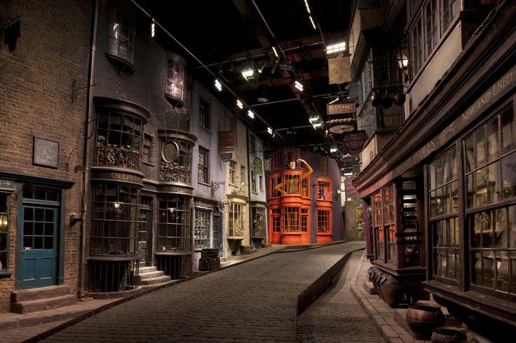 Warner Bros. Studio Tour, Leavesden (Angleterre) A 30 km de Londres, vous pourrez découvrir pas mal de décors construits pour les 8 films : la Grande Salle, le bureau de Dumbledore, la salle commune de Gryffondor, le dortoir des garçons, la cabane d'Hagrid, la salle des potions, le bureau du professeur Ombrage au ministère de la Magie, ainsi que de nombreux accessoires... Bref, une visite imposée pour tout fan qui se respecte.