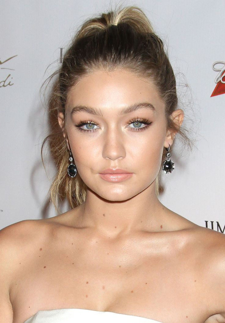 Gigi's blue eyes sparkle with bronze on the lids and a pale gold etched in the rims.