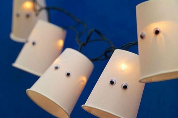 Pisca-pisca com copinhos de fantasma! Ideias criativas para decorar a festa de halloween! #halloween #festa #party #diadasbruxas #trickortreat #gostosurasoutravessuras #decoration #decoracao #inspiration #inspiracao #vilamulher #light  #luzes
