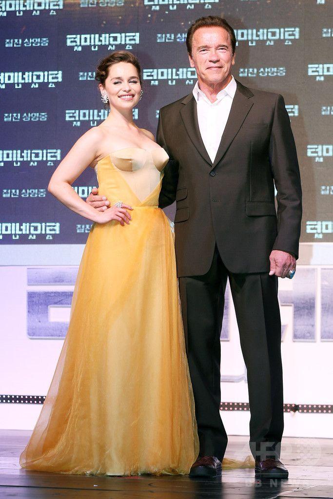 韓国・ソウルの Lotte World Mall で行われた、映画『ターミネーター:新起動/ジェニシス』のレッドカーペットイベントに臨む、女優のエミリア・クラーク(左)と俳優のアーノルド・シュワルツェネッガー(2015年7月2日撮影)。(c)STARNEWS ▼5Jul2015AFP|シュワちゃん、ソウルでの「ターミネーター」宣伝イベントに登場 http://www.afpbb.com/articles/-/3053692 #Emilia_Clarke #Arnold_Schwarzenegger